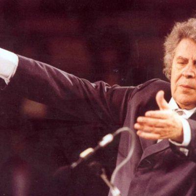 Μίκης Θεοδωράκης, ένας από τους σημαντικότερους σύγχρονους Έλληνες μουσικοσυνθέτες.