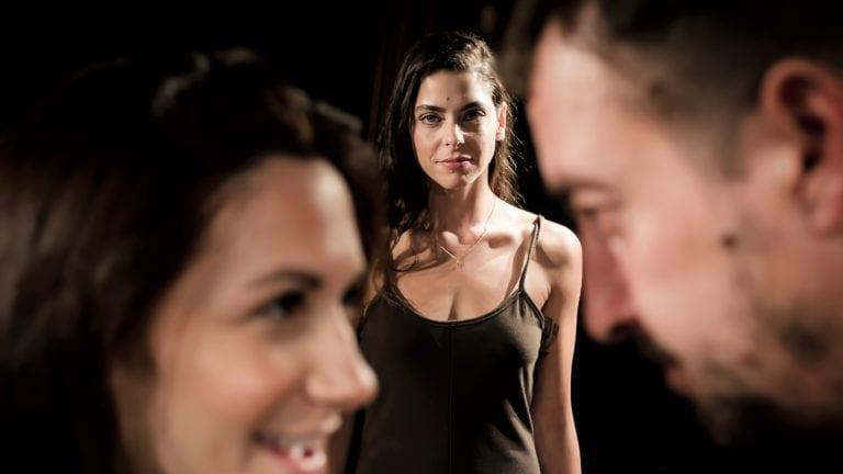 """""""94 ΜΙΛΙΑ"""", η θεατρική παράσταση της Ελένης Γιασσά σε σκηνοθεσία Στέλιου Καλαϊτζή."""