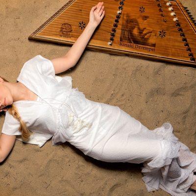 Κυριακή Δερέμπεη, ερμηνεύτρια με ξεχωριστή χροιά φωνής, με επιρροές από την παραδοσιακή και βυζαντινή μουσική.