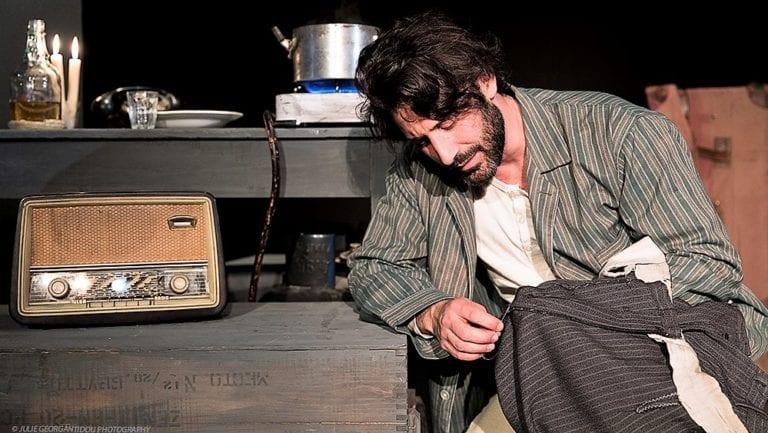 Είδαμε την παράσταση «Στα ξένα Έλληνας και στην Ελλάδα «ξένος» στο θέατρο Αθηνών.