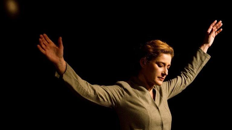 Είδαμε την παράσταση «Βασιλική Τριανταφύλλου: Αχ, Γιάννη μ'!».